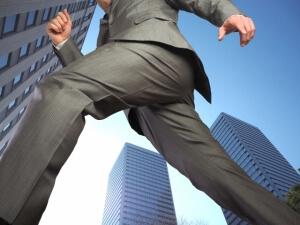 週末起業で独立準備を進めるのが良いか、退職してから起業するのが良いか?